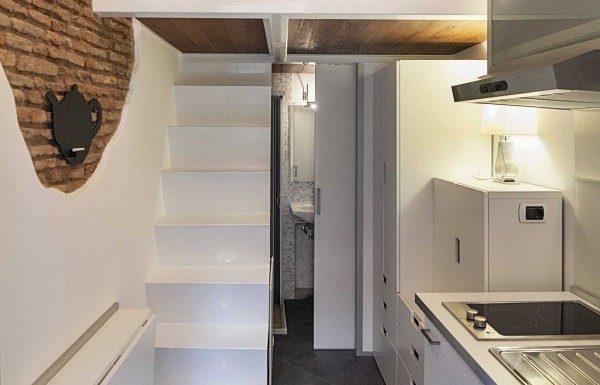 Bàn ăn gấp lại khi không dùng, lộ ra lối đi lên cầu thang hẹp. Trên gác xép là phòng ngủ kiêm phòng khách. Sự chuyển đổi không gian này được tạo nên bởi một thứ đồ rất quen thuộc với tất cả chúng ta