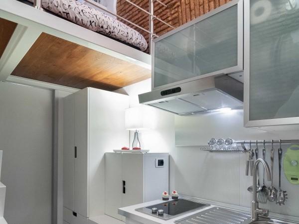 Bếp siêu nhỏ gọn với gam màu sáng, cảm giác không gian như rộng ra