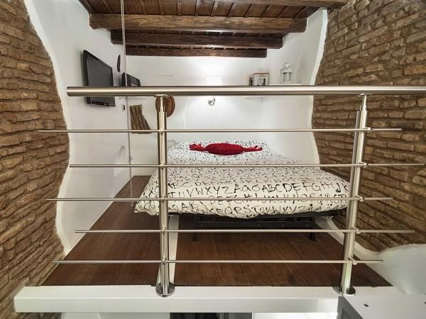 Phòng ngủ đầy đủ giường, tivi và ít đồ trang trí