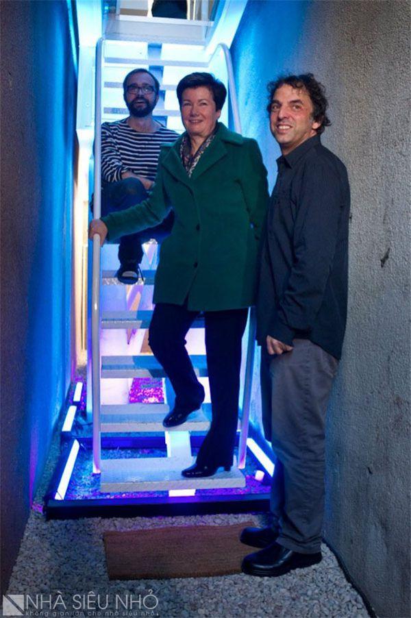 Lối lên là một cầu thang có thể gấp gọn, trang trí chiếu sáng bằng led xanh rất nổi bật.