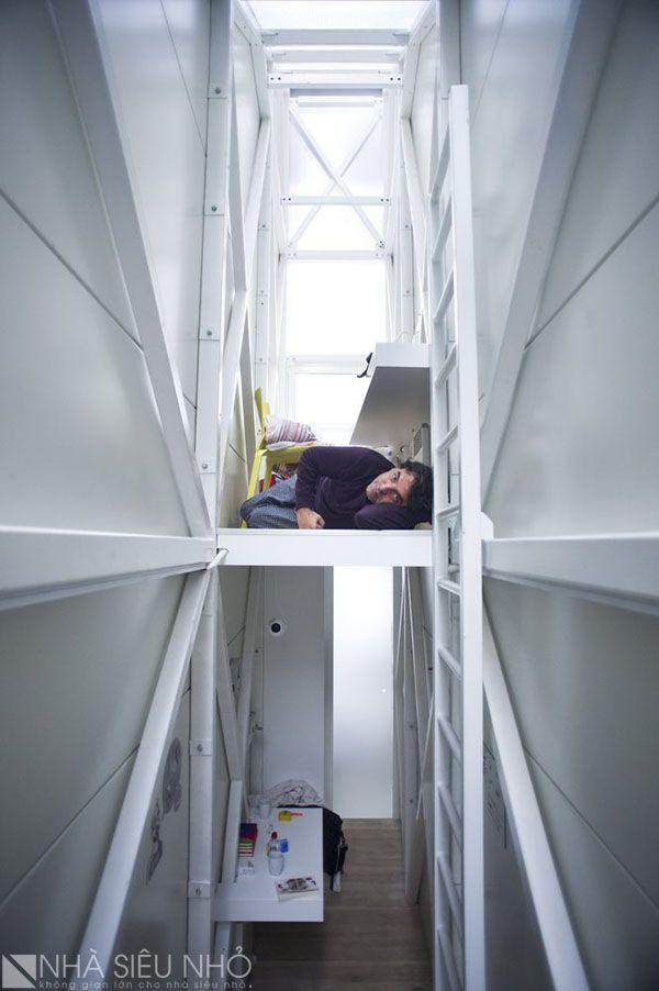 Không gian trên cùng là khoang ngủ, làm việc . Kết nối với không gian bên dưới bằng một cầu thang thép đứng.