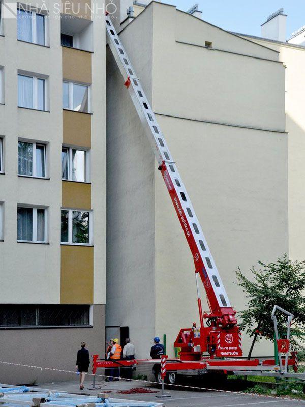 Dùng cần cẩu để bê cấu kiện thép vào khe xây dựng