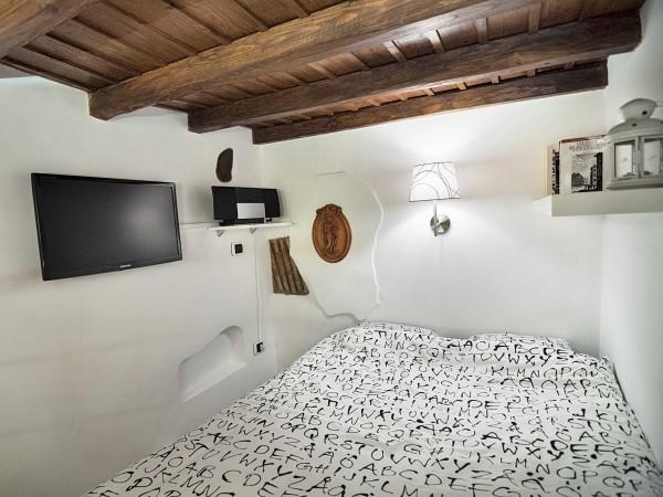Một phòng ngủ gam màu sáng dễ chịu kết hợp với trần gỗ ấm áp