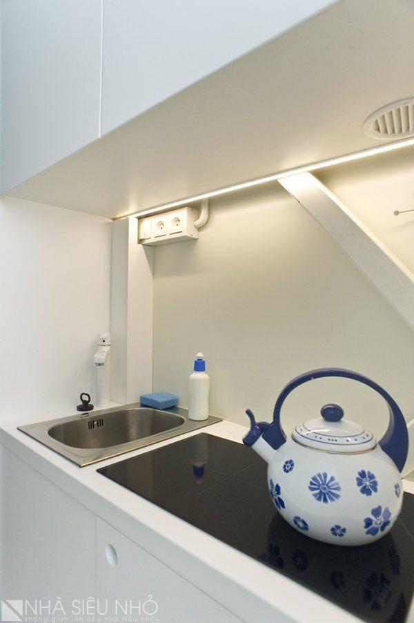 Khoang bếp với đầy đủ tiện nghi gồm 1 bếp từ, chậu rửa đơn. Khoang tủ bếp đơn giản, hiện đại, sử dụng gam màu trắng bóng mờ.