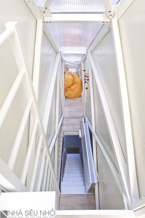 Lối lên căn nhà có cửa mở. Khi đóng cánh cửa này ta có thể bước sang khoảng không gian relax nho nhỏ.
