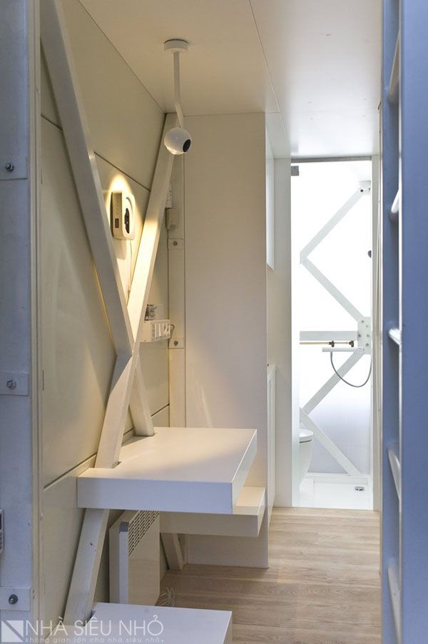 Bộ bàn ăn đơn giản, màu sáng bóng được cố định vào tường có thể ngồi được hai người, phía trong là bếp, nhà vệ sinh đầy ánh sáng