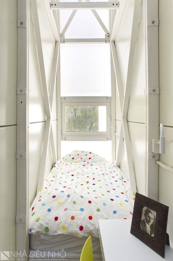Phòng ngủ gồm một giường đơn, bàn làm việc. Đầu giường có một cửa sổ nhỏ thông khí. Các tấm poli bao che khiến căn phòng đầy ánh sáng.