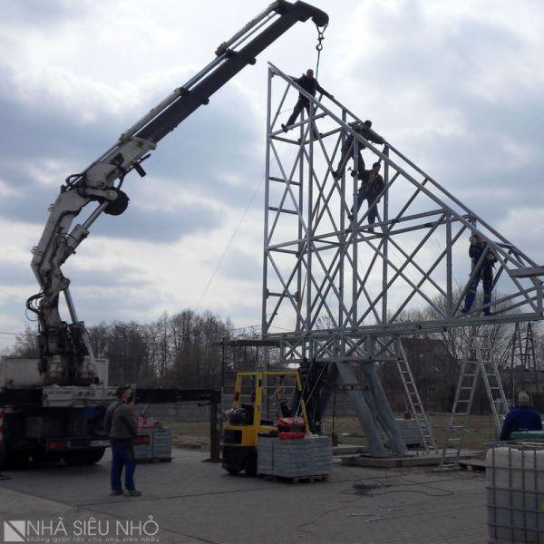 Công nhân tiến hành tiền chế các kết cấu thép trước khi đưa vào lắp ráp tại công trường