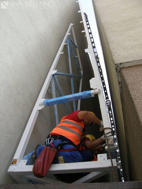 Sau khi cẩu cấu kiện thép, công nhân tiến hành lắp ghép các thanh giằng