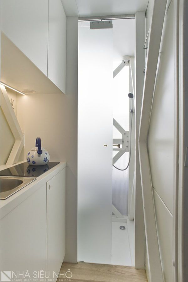 Bếp ngăn cách với vệ sinh bằng cửa trượt kính mờ, gọn gàng, kín đáo