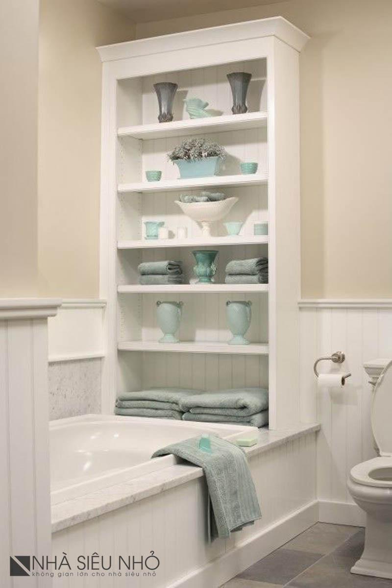 Chiếc bồn tắm này có thiết kế rất đáng học hỏi. Chỉ một mình chiếc tủ đứng phía chân bồn tắm này cũng có thể chứa tất cả những gì chúng ta cần trong một phòng tắm nhỏ.