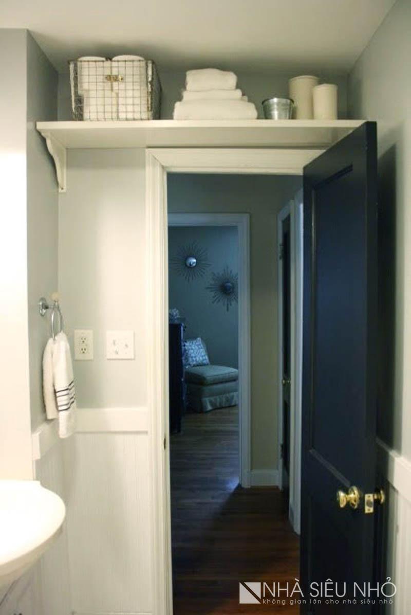 Có lẽ đây là lần đầu tiên bạn nhìn thấy có một cái kệ ngay phía trên cảnh cửa ra vào của nhà tắm nhỏ này. Quá sáng tạo!