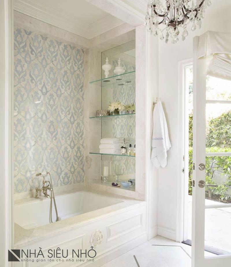 """Tận dụng ánh sáng tự nhiên từ bên ngoài, kết hợp với gam màu trắng sáng. Phòng tắm trở thành một nơi """"nghỉ dưỡng"""" bất kỳ lúc nào baj muốn. Nhất là trong những ngày hè, được ngâm mình trong bồn nước mát, nghe nhạc và ngắm mảnh vườn qua ô cừa kính"""