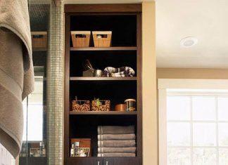 Ngoài việc sử dụng các không gian trống như hộc tường hay tủ, cũng có thể sử dụng mặt tường trống để đóng giá để đồ. Nên đóng các giá có độ dày dưới 10cm để tránh chiếm quá nhiều diện tích. Có thể để các đồ dùng nhỏ như chai lọ.