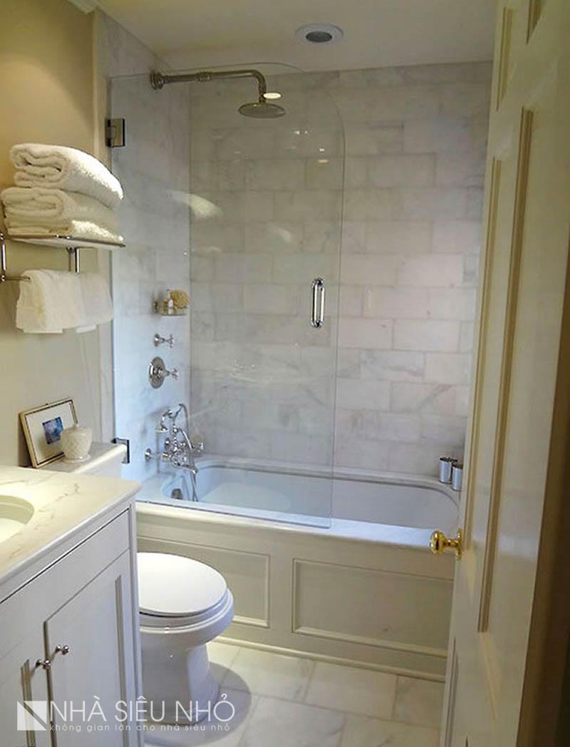 Sử dụng vách kính cho bồn tắm khiến tầm nhìn phòng tắm nhỏ được tận dụng tối đa. Cùng lúc đó kết hợp giữa bồn tắm đứng và tắm nằm vào chung 1 vị trí. Quả là 1 công đôi việc
