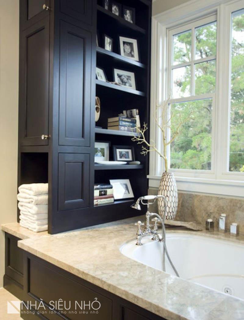 Trong trường hợp đặt bồn tắm vào mặt bằng phòng tắm nhỏ mà chỉ còn lại một khoảng không khoảng 20-40cm, Thiết kế 1 chiếc tủ đồ tại đó sẽ là phương án tối ưu nhất. Kiến trúc sư của Nhasieunho nhất định sẽ đặt vào đó 1 chiếc tủ lạnh, còn các bạn thì sao? Thiết kế mở về phía bồn tắm rất tiện để những đồ vật có thể giải trí thư giãn khi ngâm mình trong bồn.